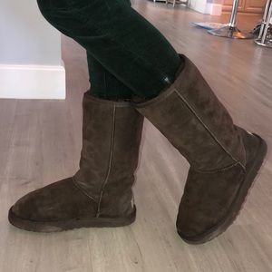 Ugg boots in chocolate color with genuine fur